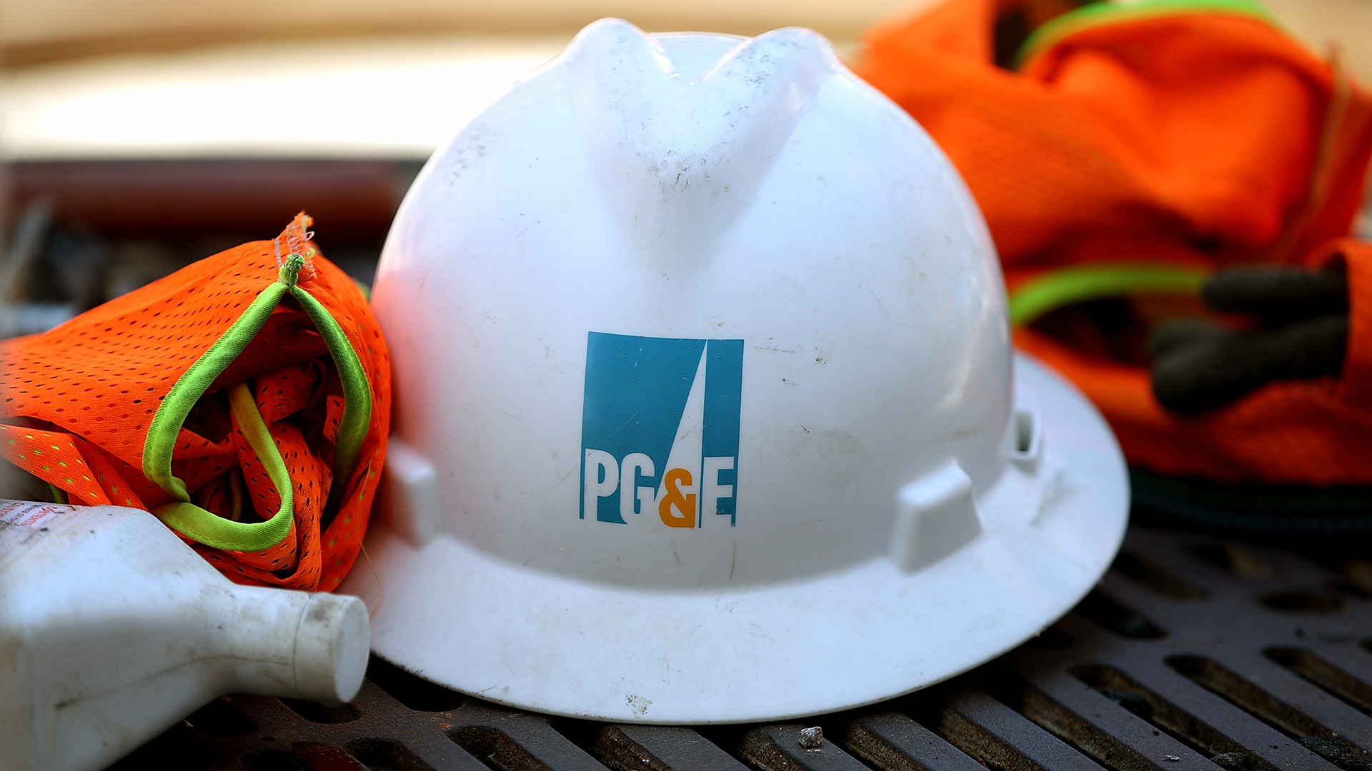 Pacific Gas and Electric helmet PG&E-159532.jpg03857005